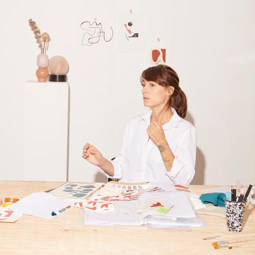 Portrait de Juliette  Zakowetz, créatrice des vêtements unisexes pour enfants de la marque LOUP